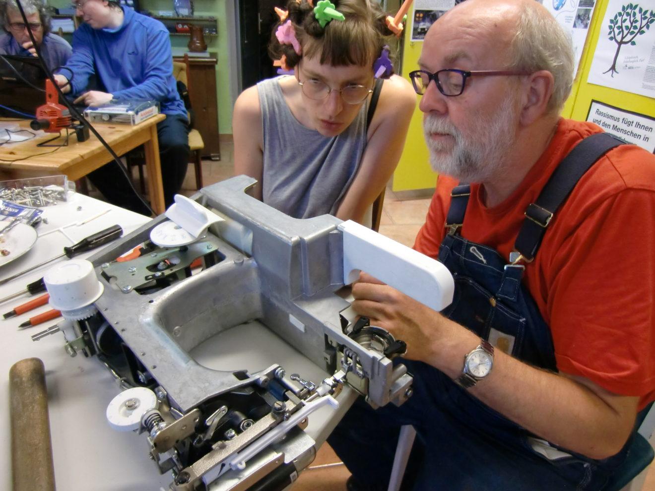 Bild: Bernd und Julia beim Reparieren einer Nähmaschine