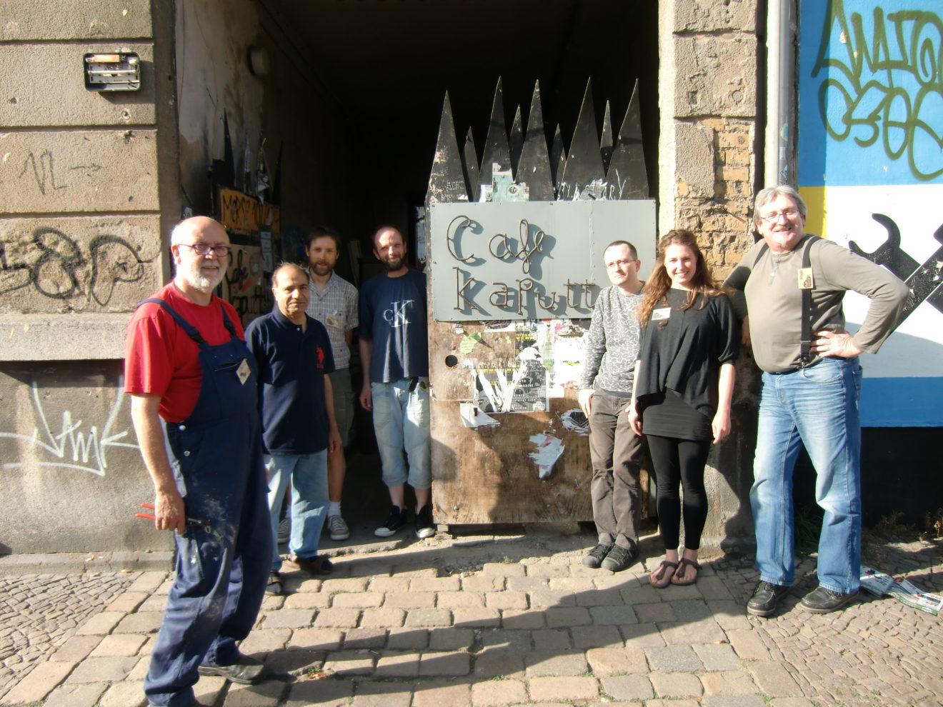 Bild: Bernd mit anderen Mitmachenden des Café kaputt vorm Tor
