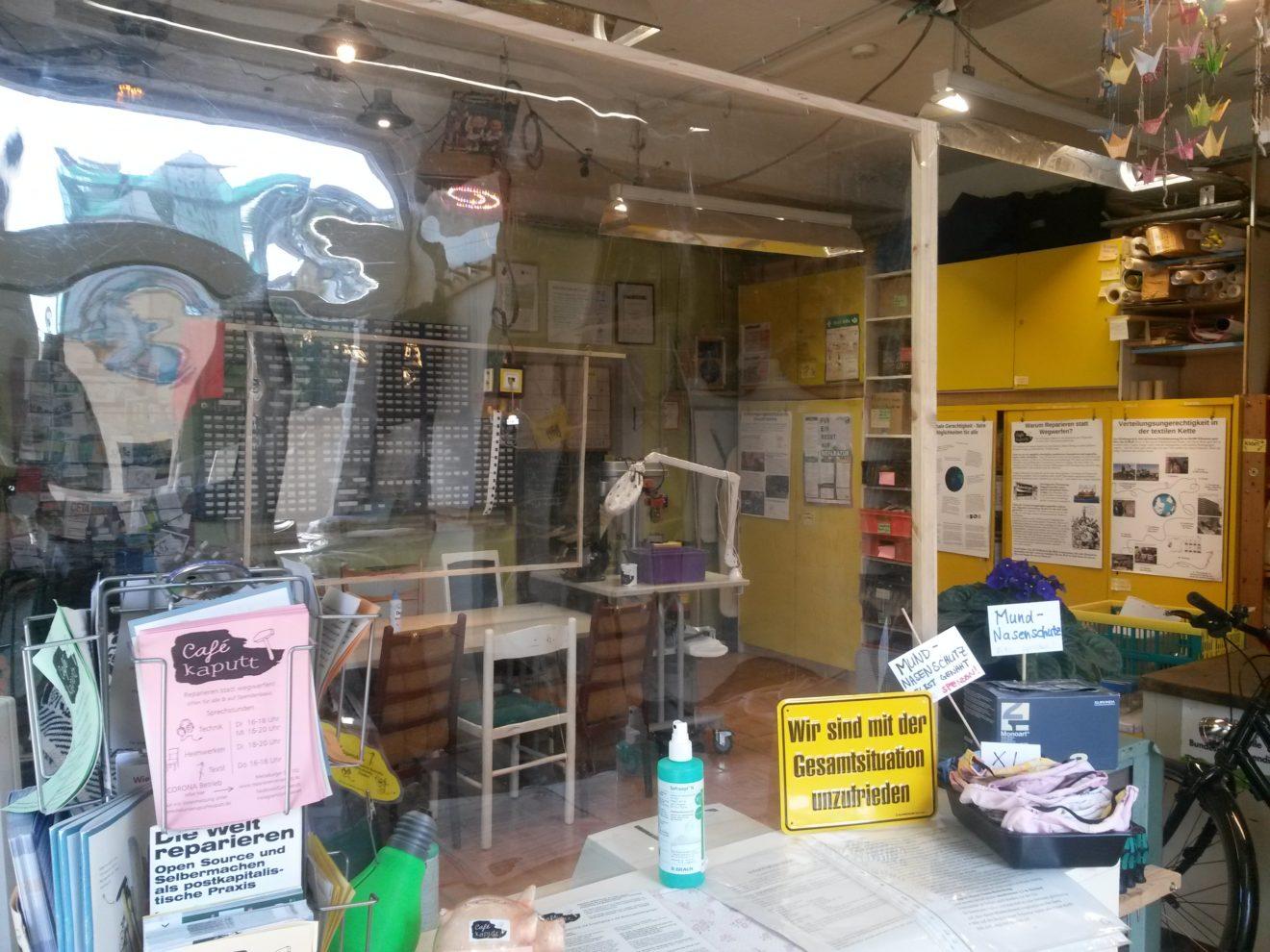 """Bild: Café kaputt Raumansicht mit Trennwänden und Schild """"Wir sind mit der Gesamtsituation unzufrieden"""""""