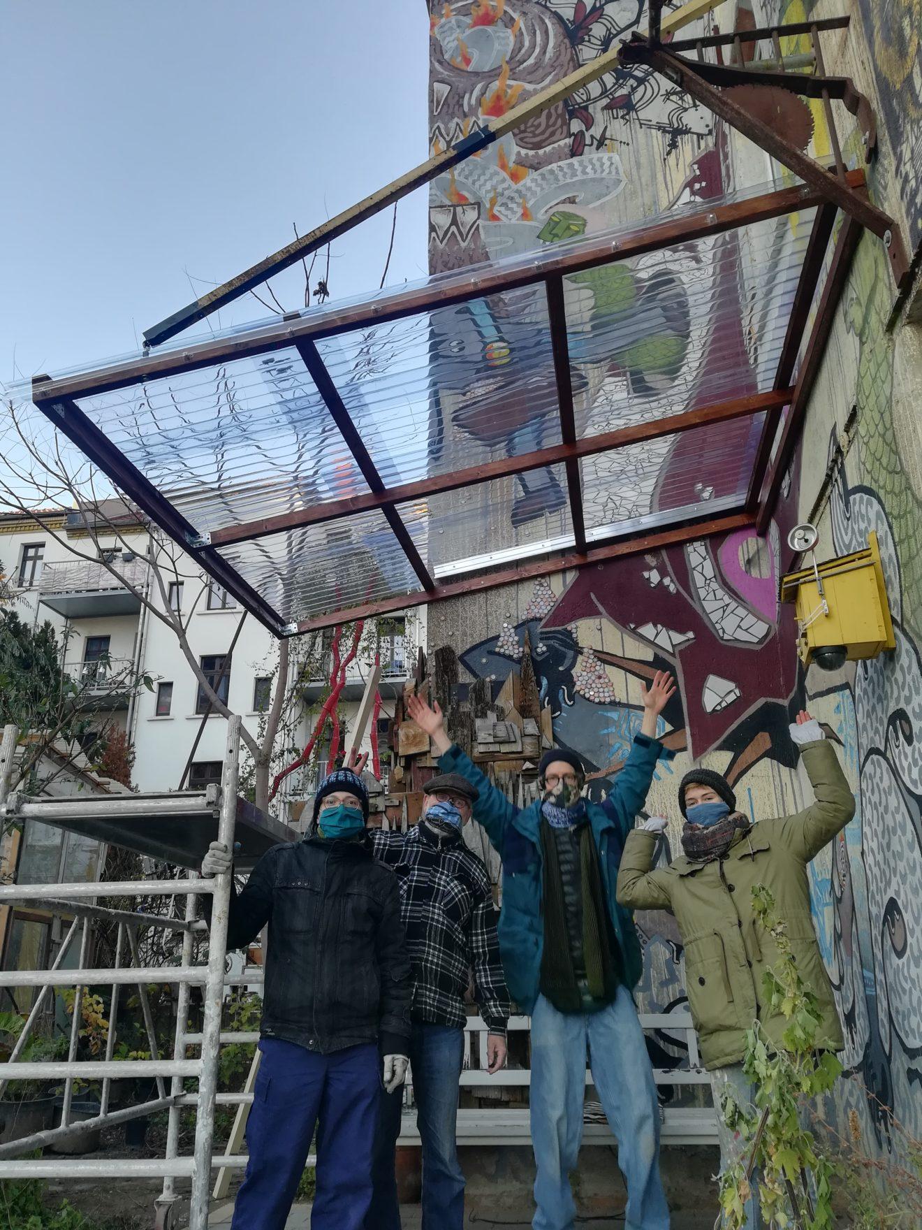 Bild: Pergola zum draußen Reparieren fürs Café kaputt
